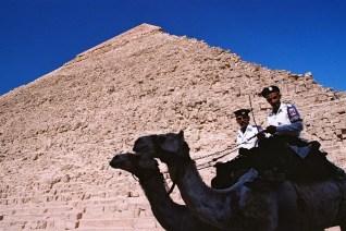 Yuri Martins Fontes / Egito-2007 / Gizé: Polícia diante da imensa pirâmide de Queops