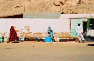 Yuri Martins Fontes / Sudão-2007 / Wadi-Halfa: Vendedora de tchai (chá preto) se protege do vento