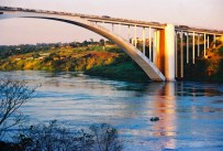 Yuri Martins Fontes / Paraguai-2004 / Ciudad del Este: Ponte da Amizade/ Ao fundo Fóz do Iguaçu
