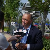 yuroz speaking with press in china