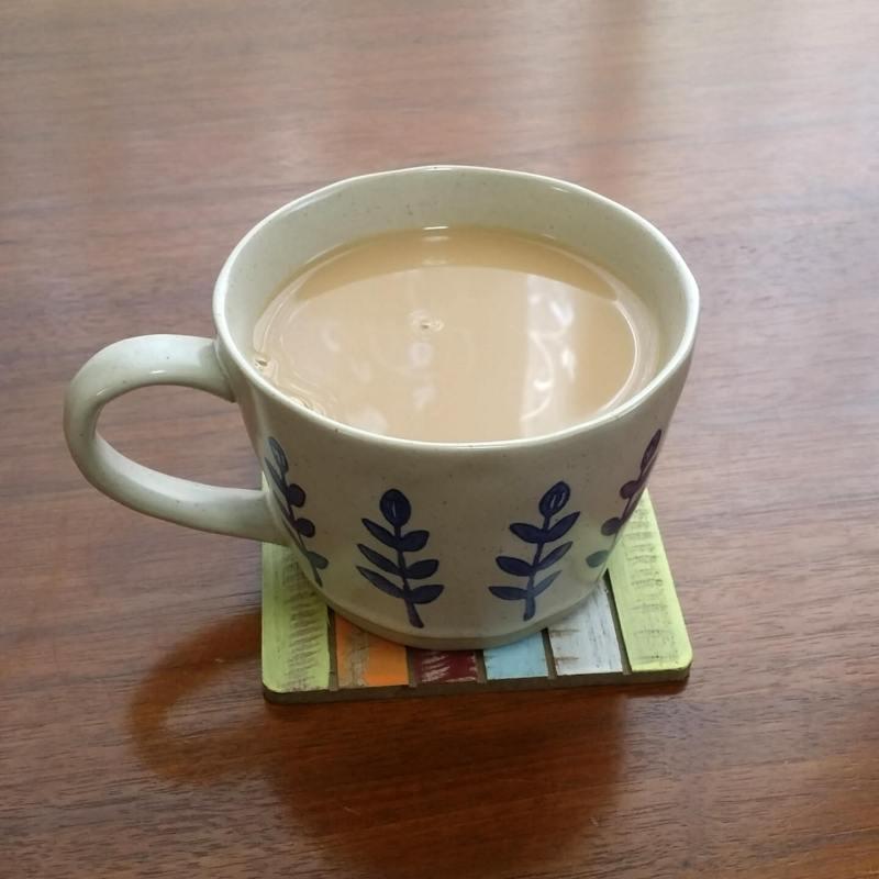 4. 三温糖ひとさじとミルクを入れる