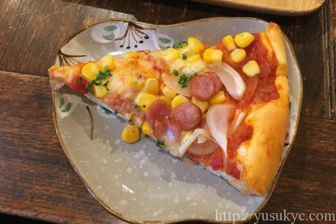 むぎぞうのソーセージとコーンのピザ