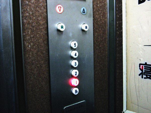 古いエレベーターのボタン