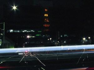 ビルに映る東京タワーと車の閃光