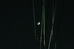 三日月と電線