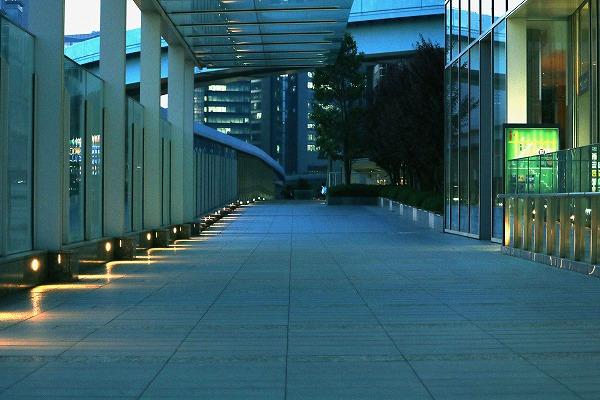 ライトのある歩道橋