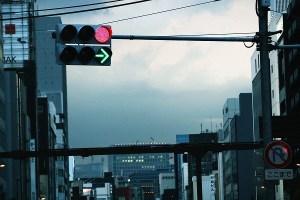 信号機と矢印