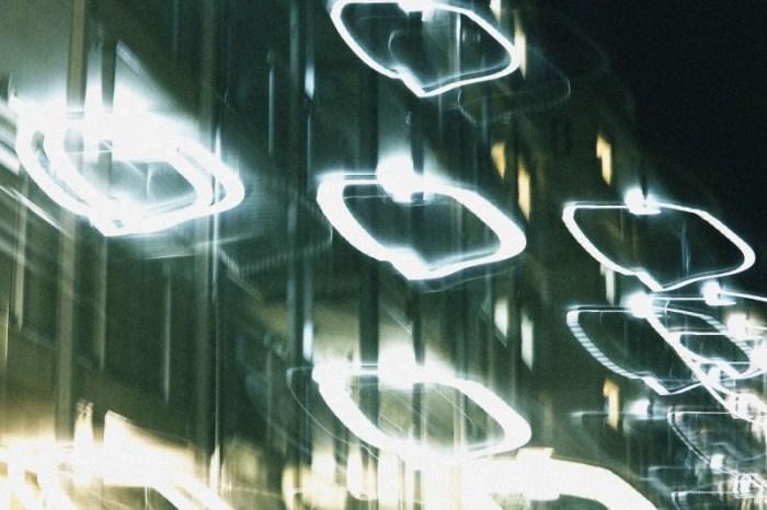 丸い光の環の団地