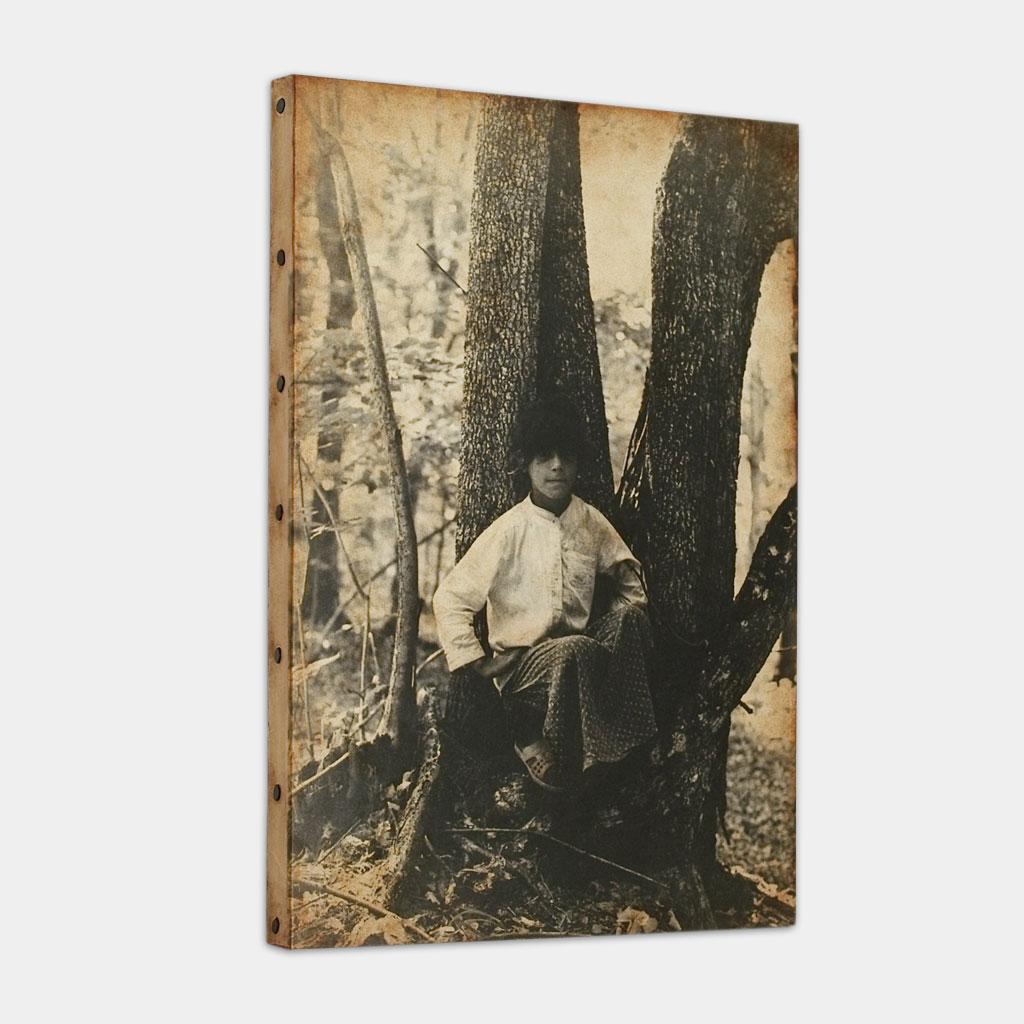 森の中で座るジプシーの少女の写真 (斜め