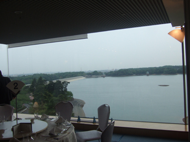所沢菊水亭より多摩湖畔を望む