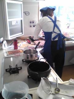 TOTO自慢のA型キッチンでデモンストレーション