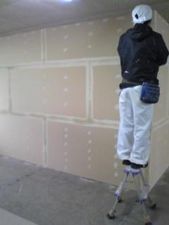 塗装屋さんが壁塗る前の下地をパテしてます