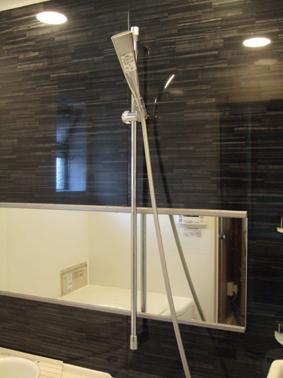 シャワーバーと横長鏡がスタイリッシュ