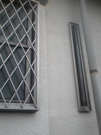 細長いサッシ洗面室明かり取り最小作成寸法で柱の隙間ぎりぎりで設置完了