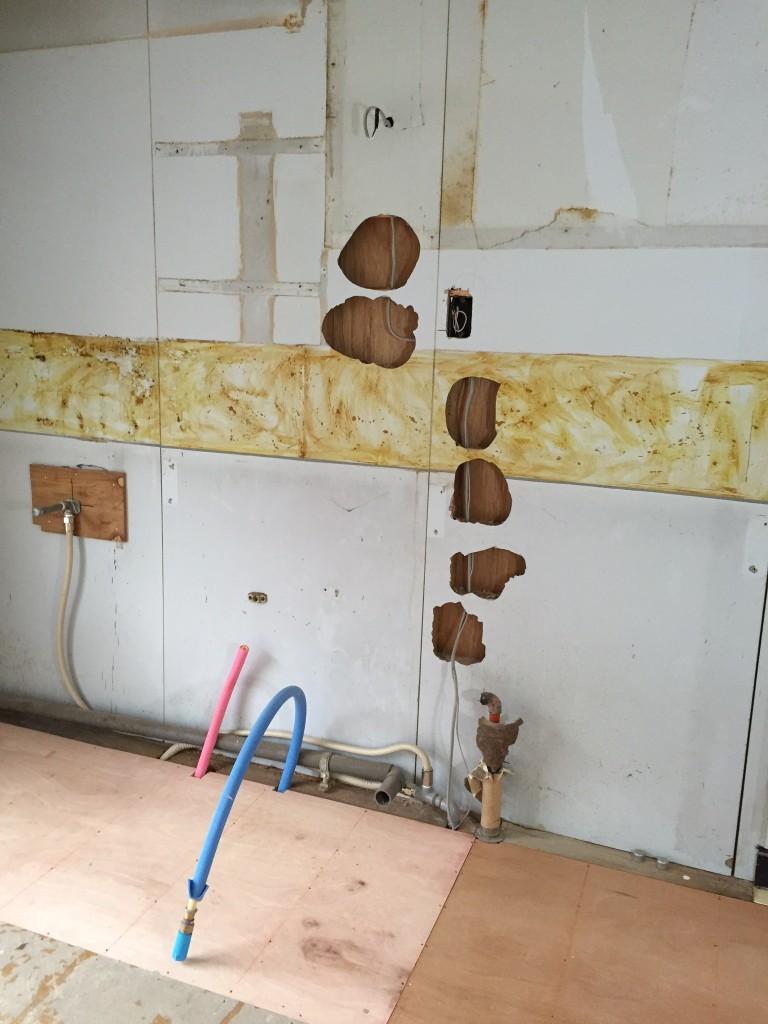 キッチンも穴だらけ電気コンセント移設したから。