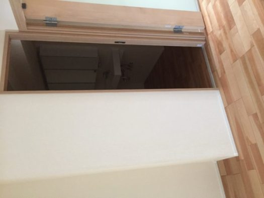 狭小引戸の向こうは洗面室