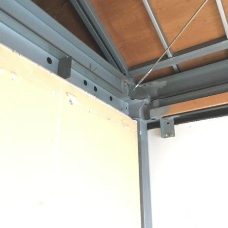 鉄骨造の二階屋根部分