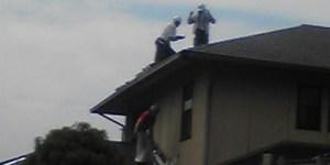 太陽光パネル荷揚げ中屋根は太陽に近いです