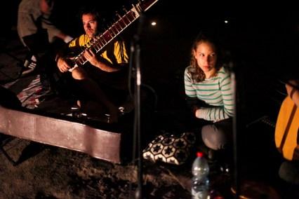 סשן מוסיקלי במערה טבעית. צילום: נעה מגר