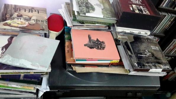תקליטורים ופטיפון. צילום: סמארטפון