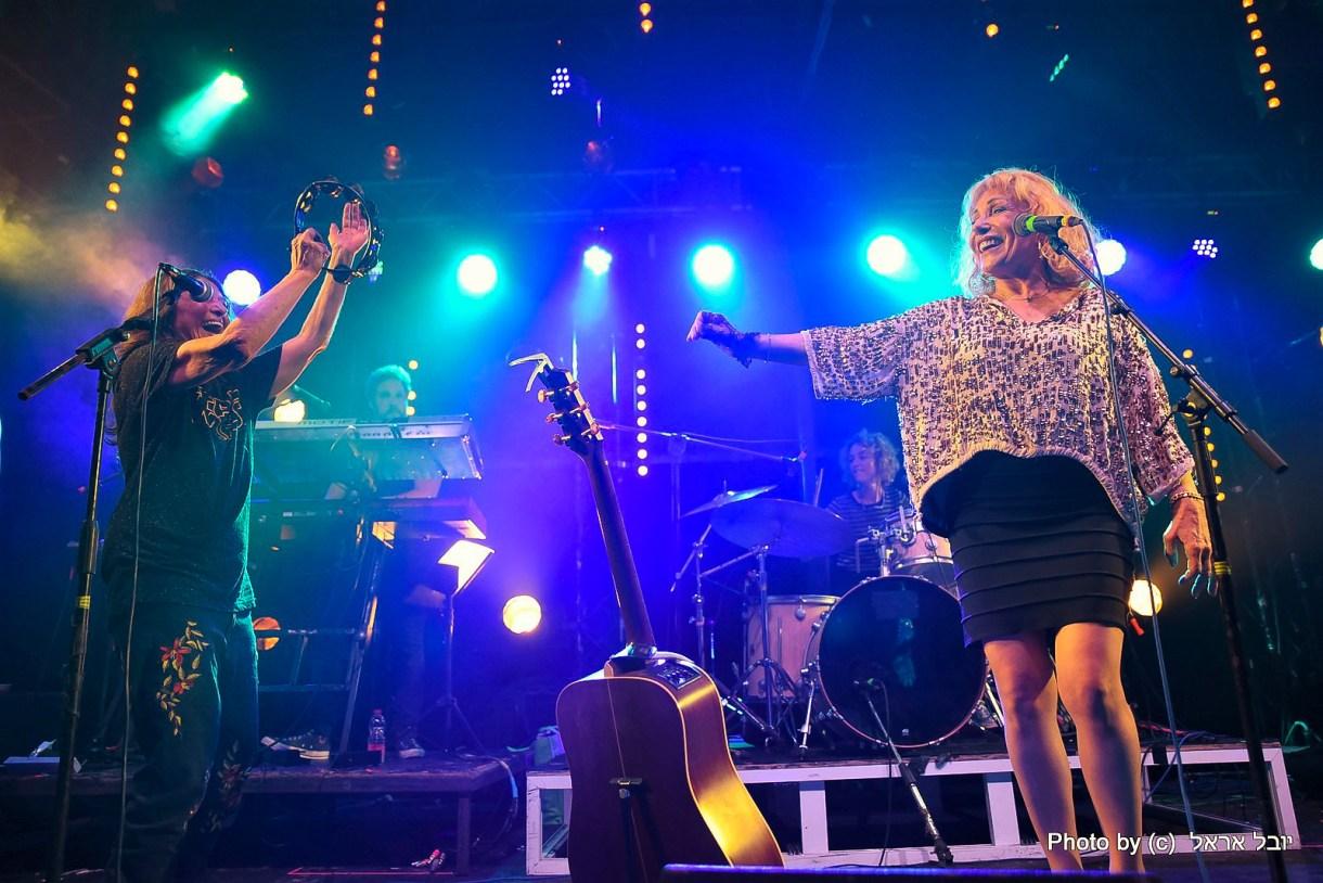 הבנות על הבמה, קורין אלאל וריקי גל. צילום יובל אראל