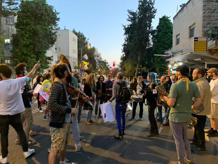במאהל המחאה, מתוך קבוצת מאבק המוזיקאים בפייסבוק ובקבוצת הווצאפ - שובתים עם שאול בשלישי