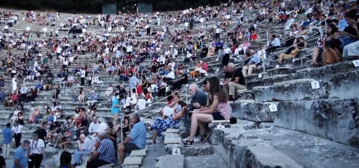 יוון, חזרה לשגרת הופעות. צילומסך