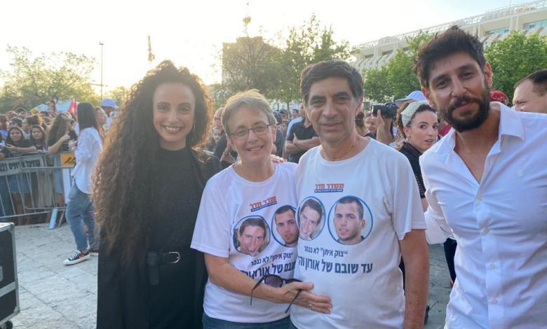 עידן עמדי ויובל דיין עם משפחת גולדין. צילום דיגיסטייג