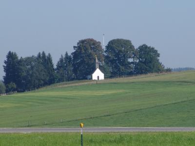 Im Nachbardorf steht eine Kapelle auf dem Hügel