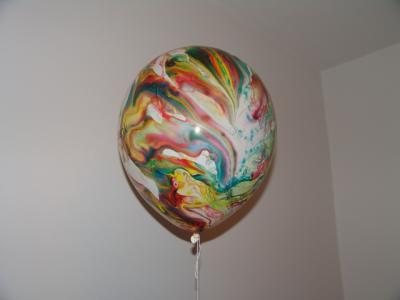 Toll, wie der Luftballon im Zimmer schwebt