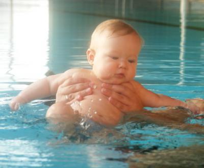 Yves paddelt im Wasser rum