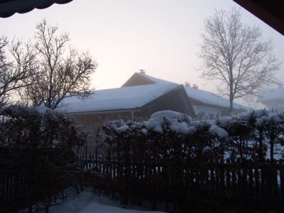 Das ganze Dorf liegt im Morgendunst