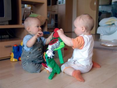 Zwei Krümel spielen zusammen