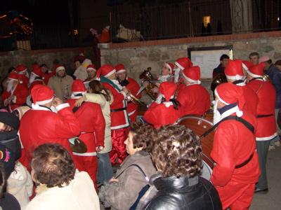 Eine Band aus Weihnachtsmännern