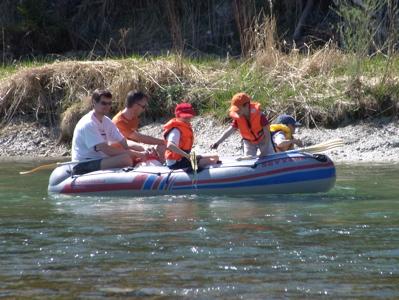Die ersten Bootsfahrer auf der Isar