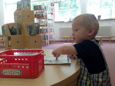 Ein Krümel in der Bücherei