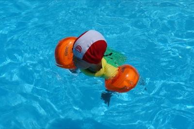 Ich schwimme ein wenig im Becken