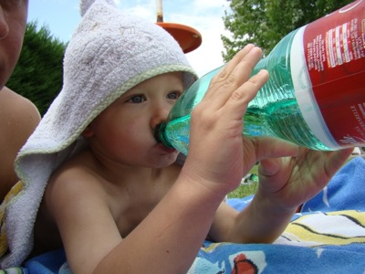 Ich trinke ein bisschen Wasser