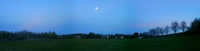 Der Mond über unserem Dorf