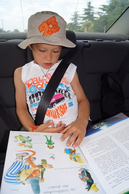 Yves legge un libro durante il viaggio