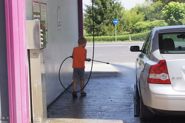 Fonzie piace tantissimo lavare l'auto