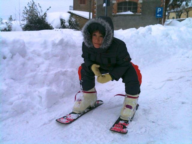 Yves va in giro con i sci.