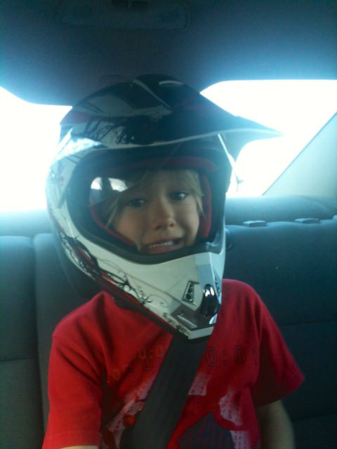 Yves si è messo il casco in macchina