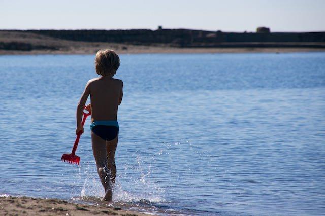 Yves corre lungo la spiaggia