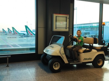 Yves sta facendo delle burle all'aeroporto