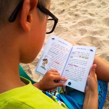 Yves legge dei libri inglesi...