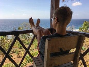 Yves si gode la vista dal terrazzo