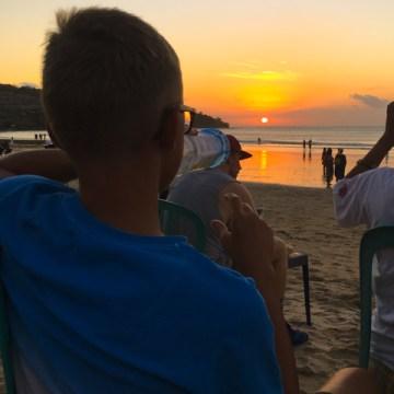 Mi godo il tramonto bevendo una bibita dal Warung dei nostri amici