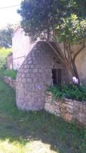 Cela continue par ce curieux petit puits de pierre adossé à une maison.