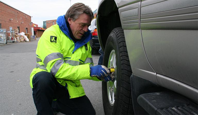 Jan Ivar Engebretsen sjekker dekk